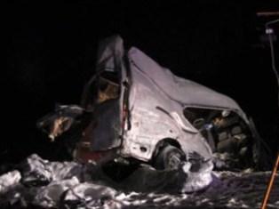 В Подмосковье микроавтобус столкнулся с трейлером, 8 человек погибли
