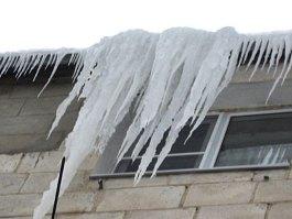 МЧС предупреждает ижевчан об опасности падения глыб снега и льда с крыш
