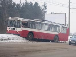Фотофакт: в Ижевске троллейбус протаранил сугроб