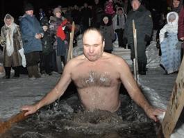 Более 100 человек окунулись в прорубь в Лудорвае