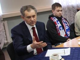 Александру Волкову подарили хоккейный шлем