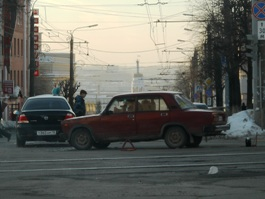 На перекрестке в центре Ижевска авария вызвала затор