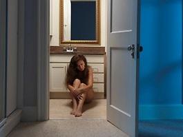 Мужчина 9 лет держал дочь в ванной