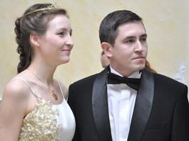 На балу в Ижевске представили дебютанток
