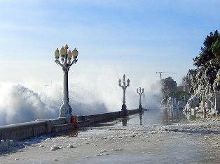 «Ледниковый период» в Крыму: гигантские волны смывают пляжи, 112 человек погибли