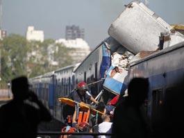 Трагедия в Буэнос-Айресе: с рельсов сошла переполненная электричка