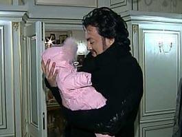 Филипп Киркоров привез в Россию новорожденную дочь
