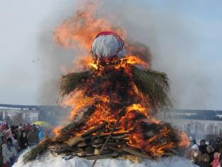 Под Ижевском сожгли двухметровую Масленицу из соломы