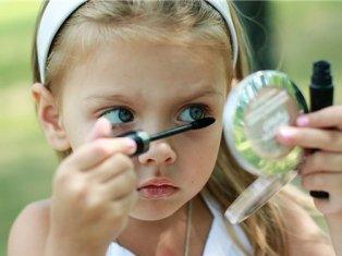 Ученые: половина женщин зависима от косметики