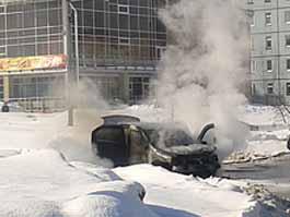 В Ижевске очевидцы сняли на видео горящий автомобиль
