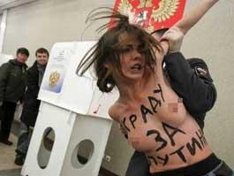 Голые активистки Femen устроили скандал на избирательном участке