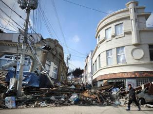 Япония вспоминает жертв разрушительного землетрясения