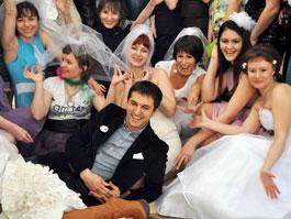 Теперь в Ижевске женятся целыми компаниями
