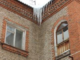 В Ижевске с крыш падают сосульки и снег