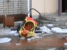 В Красноярском крае на коляску с младенцем упал снег с крыши