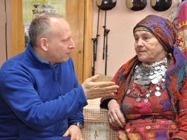 В перерывах между интервью «Бурановские бабушки» убегают покормить скотину