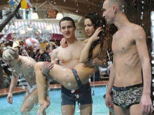 Голые активисты «Партии любви» искупались в фонтане ГУМа