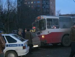 В Ижевске троллейбус вылетел на пешеходную дорожку
