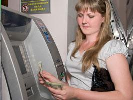 В какой срок должны восстановить банковскую карту, если она застряла в банкомате?