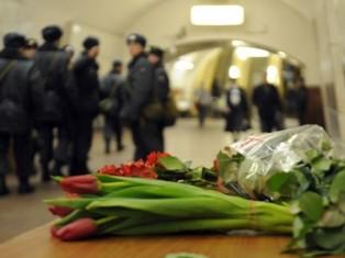 Годовщина теракта в московском метро: к станциям несут цветы и свечи
