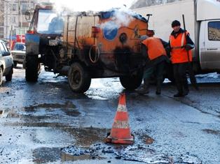 Дорожники Ижевска заливают лужи асфальтом, специалисты уверяют – это нормально