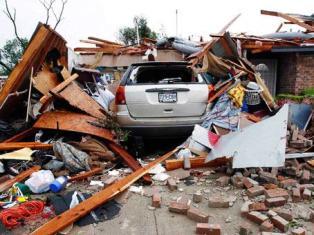 В Техасе мощные торнадо разрывали на части дома