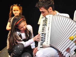 Голодный Петр Дранга научил ижевских детишек играть на аккордеоне