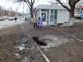 В центре Ижевска на пешеходной дорожке провалился тротуар