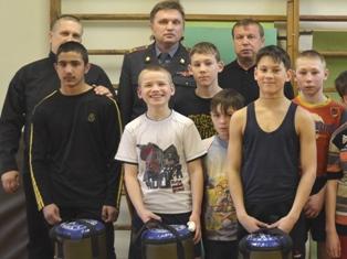 Полицейские Ижевска подарили воспитанникам детдома боксерские наборы