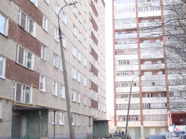 В Ижевске на улице Барышникова два электрических столба могут упасть в любой момент