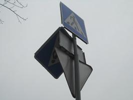 В Ижевске дорожный знак собирается упасть