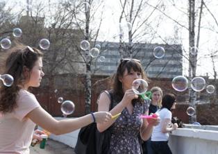 Мыльные пузыри в Ижевске: несколько сотен горожан впали в детство