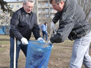 Чиновники Ижевска почистили от мусора Центральную площадь