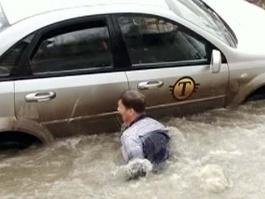 Необычное ДТП в Кирове: автомобиль провалился в яму