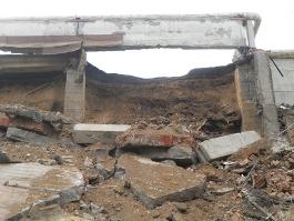 В Ижевске за торговым центром по Удмуртской обрушилась огромная бетонная стена