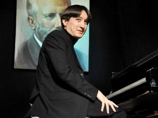 Британский пианист Кемпф в Ижевске объедался пельменями и ходил в «качалку»