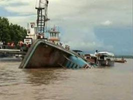 Крушение речного парома в Индии: 105 человек погибли