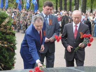 Президент Удмуртии возложил цветы к Вечному огню