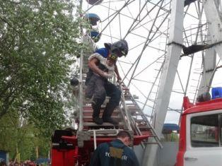 В Удмуртии спасатели сняли застрявших на «Колесе обозрения» взрослых и детей