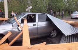 В Ижевске сорванная шквальным ветром крыша здания раздавила 5 автомобилей