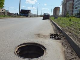 Решеток ливневок и крышки люка лишилась улица Берша в Ижевске
