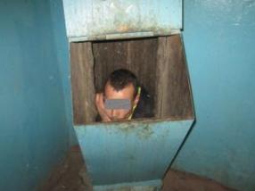 Пытаясь скрыться от подруги, тюменец застрял в мусоропроводе