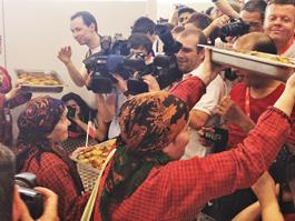 «Бурановские бабушки» накормили журналистов перепечами