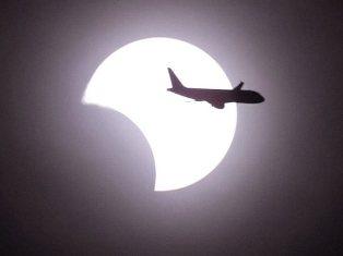 Жители Земли увидели уникальное солнечное затмение и НЛО