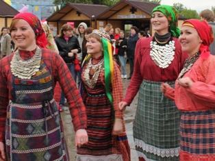 Болельщики «Бурановских бабушек» в Ижевске согреваются танцами и горячими перепечами из печки