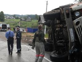 На трассе в Удмуртии КамАЗ столкнулся с тремя автомобилями: погиб ребенок