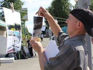 В День города ижевчане развешивали фотографии на веревке