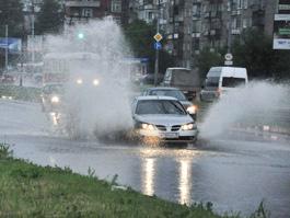 Из-за дождя в Ижевске машины с городских улиц увозят на эвакуаторах