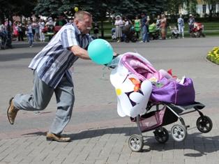 Парад колясок в Ижевске: от переизбытка чувств папы падали
