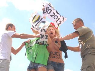 Активистки FEMEN с голой грудью протестовали на заборе